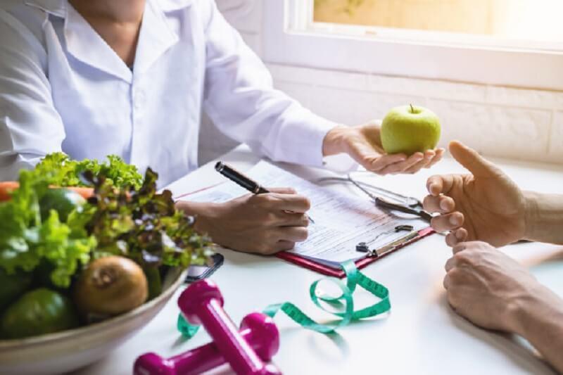 نقش اصلی مشاوره تغذیه، ارائه رژیم غذایی سالم شامل میوه و سبزیجات سالم به افراد است.