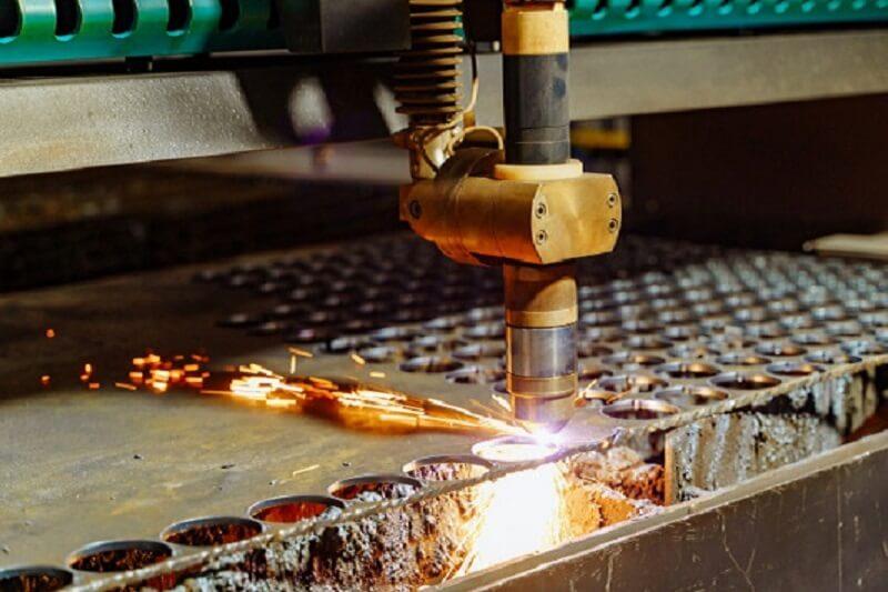برش ورق فلز در کارخانه